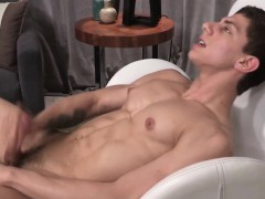 Ripped hunk cumspraying on his sixpack