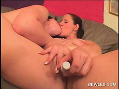 Horny lesbian BBW gets cunt licked in close-up