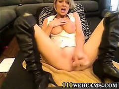 Hot masturbating milf front of the webcamera